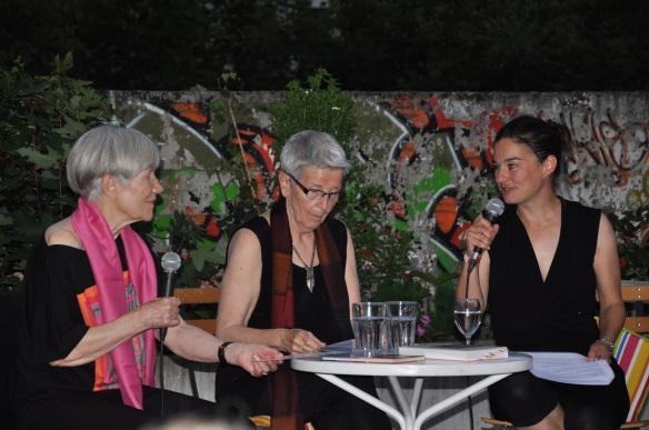 Corinne im Gespräch mit Eva und Karin