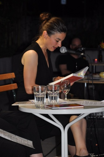 Corinne Rufli liest Auschnitte aus den Jugendjahren einzelner Frauen