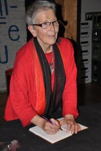 Karin Rüegg signiert  einen ihrer Gedichtbände.