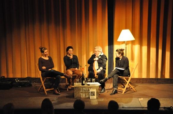 Generationengespräch: Naomi (23) und Elvira (24), die gemeinsam eine Tochter haben im Gespräch mit Liva (82). Moderation Corinne Rufli