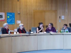 Lesung im Landtag in Düsseldorf. v.l. Karin Rüegg, Eva Schweizer, Corinne Rufli (Autorin), Caroline Frank (LAG Lesben) und Josefine Paul (Stv. Vorsitzende Grüne Fraktion NRW, Sprecherin für Frauen-, Queer- und Sportpolitik)