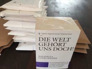 Bücher zum Versand gestapelt